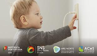 Criança a tocar numa tomada elétrica